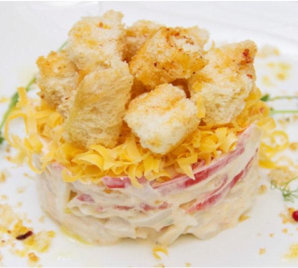 Пикантный салат из кальмара с чесночными гренками