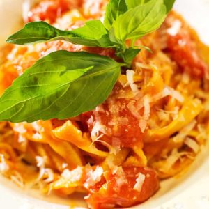 Фетучини-с-томатами,-базиликом-и-пармезаном
