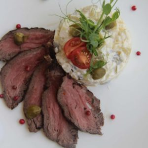 Салат картофельный с ростбифом и каперсами
