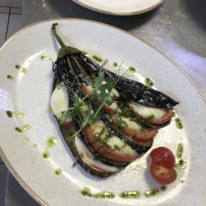 баклажан запеченный с моцареллой и томатом